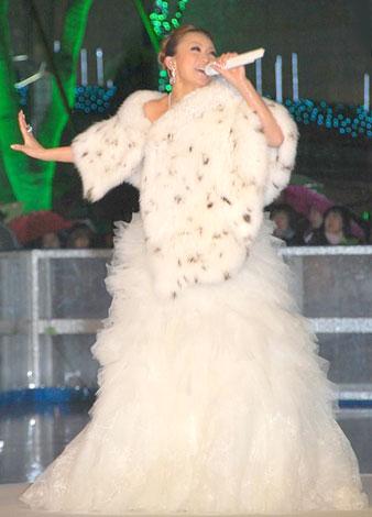 氷上のステージで新曲「stay with me」を披露した倖田來未