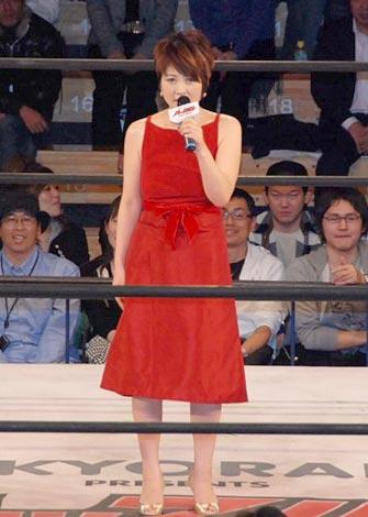 真っ赤なドレスで闘志を燃やす泰葉
