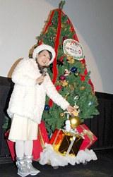 ウォーリーとイブのマスコットを飾りつけたクリスマスツリー