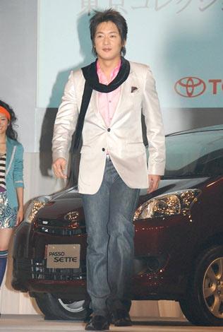 ファッションイベント『東京コレクション』のデモンストレーションとしてステージを歩いた細川茂樹