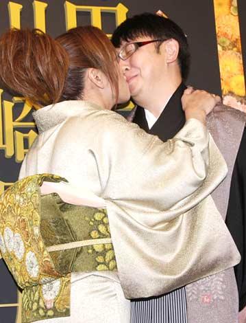 キスをするジャガー横田&木下博勝夫妻