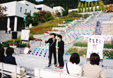 結成直後の2000年秋、兵庫・神戸市内の女子大でアマチュア漫才師としてネタを披露するNON STYLE