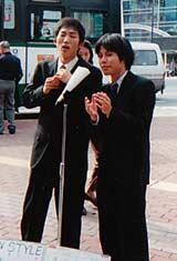 結成直後の2000年に兵庫・三宮でアマチュア漫才師として活動するNON STYLE【高木氏提供】