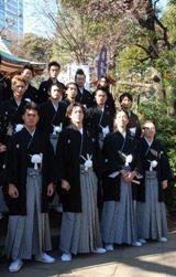 映画『クローズZEROII』ヒット祈願でイケメン出演者が初詣(前列左から高岡蒼甫、小栗旬、金子ノブアキ、やべきょうすけ)