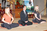 映画『禅 ZEN』のイベントで坐禅を組む中村勘太郎