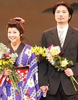 手を繋ぎ、夫婦揃って結婚の報告を行ったはしのえみと綱島郷太郎