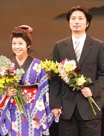 サムネイル 手を繋ぎ、夫婦揃って結婚の報告を行ったはしのえみと綱島郷太郎