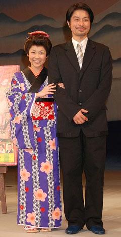 サムネイル 腕を組んで幸せそうな(左から)はしのえみ、青年座所属の俳優・綱島郷太郎[クリックで全身表示]