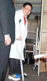 「キイナ -不可能犯罪捜査官- 」制作発表に松葉杖姿で出席したドランクドラゴン・塚地武雅