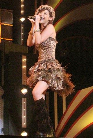 左足薬指を骨折した松浦亜弥がライブに出演