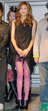 イベントに合わせてピンクのタイツ姿で登場した山田優