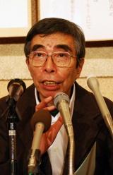 第140回直木賞の講評を行う、選考委員の井上ひさし氏