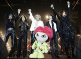 香港公演を行った、(左から)ベースのHEATH、ギターのPATA、ドラムのYOSHIKI、HIDE人形、ボーカルのTOSHI、サポートギターのSUGIZO