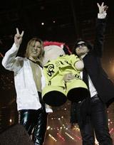 HIDE人形を抱えた、(左から)YOSHIKI、TOSHI
