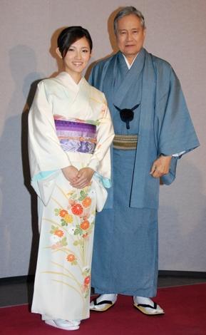 頑固な博多織の師匠役を演じた俳優の竜雷太(右)