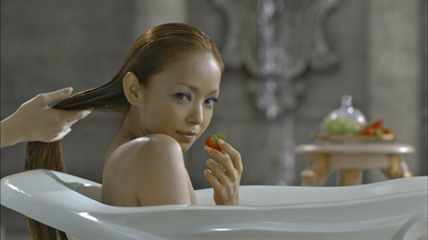 サムネイル 新CMでゴージャスな入浴シーンを披露した安室奈美恵