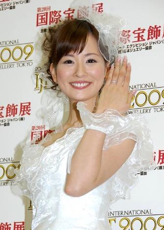 嬉しそうに指輪を披露する皆藤愛子