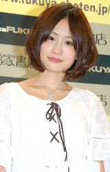 1st写真集『はいっ。』の発売記念握手会を行ったAKB48の前田敦子