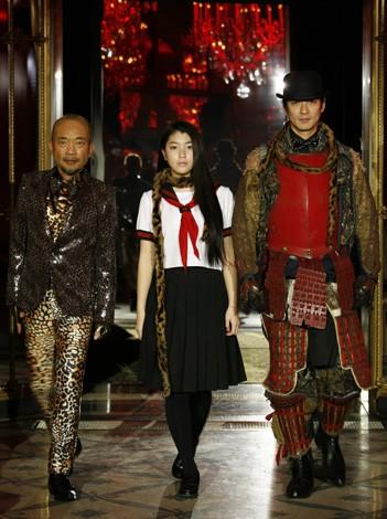 パリコレにモデルとして初参加した竹中直人、成海璃子、沢村一樹(左から)