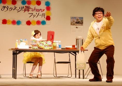 舞台では小朝とマネージャーとアイドルの関係を演じる