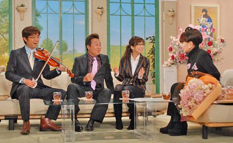 徹子のムチャ振りでバイオリンを弾き、歌を披露する、さまぁ〜ず