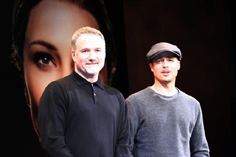 カメラのフラッシュが眩しそうなフィンチャー監督(左)とピット