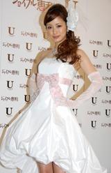 自身がプロデュースしたウェディングドレスを披露した上戸彩