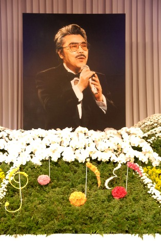 祭壇=作曲家・遠藤実さんの『お別れの会』