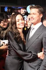 主演映画『ベンジャミン・バトン−数奇な人生−』のPR会見に登場したブラピと一緒に来日したアンジェリーナ・ジョリー(左)