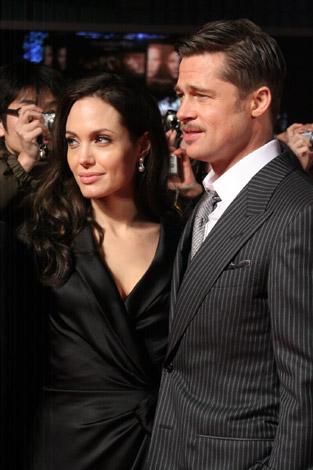 主演映画『ベンジャミン・バトン-数奇な人生-』のPR会見に登場したブラピと一緒に来日したアンジェリーナ・ジョリー(左)