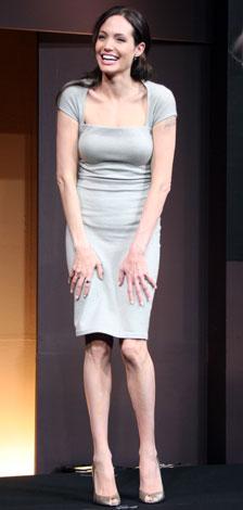 ドレスはラルフ・ローレン、アクセサリーはミキモトを着用