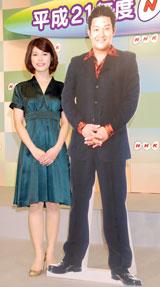 2009年新キャスター発表会見に出席した神田愛花と山口智充(パネル出席)
