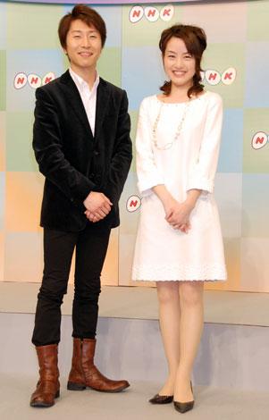 2009年新キャスター発表会見に出席した左から高市佳明、江崎史恵
