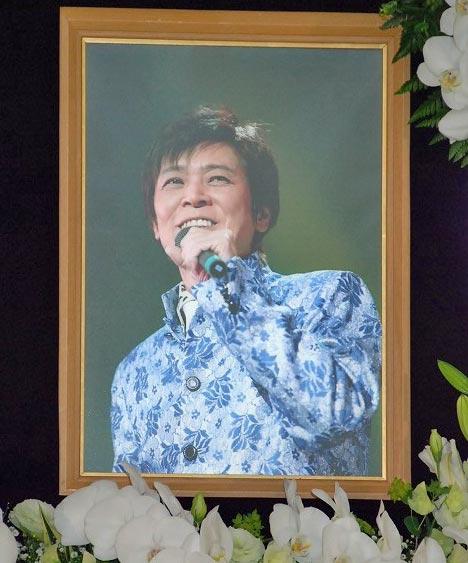 遺影は07年3月23日の東京・中野サンプラザ公演より
