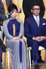主演男優賞受賞の本木雅弘(右)と妻の内田也哉子