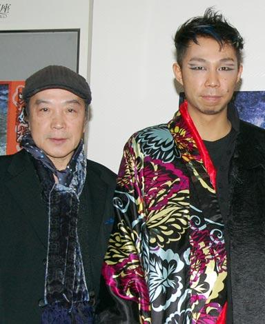 舞台『蛇姫様 —わが心の奈蛇—』初演前の公開舞台稽古で(左から唐十郎、USA)