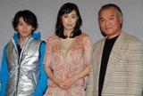 ドラマ『ガラス色の恋人』会見の様子(左から)崎本大海、吹石一恵、大地康雄