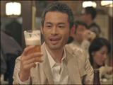 美味しそうにビールを飲む姿が印象的