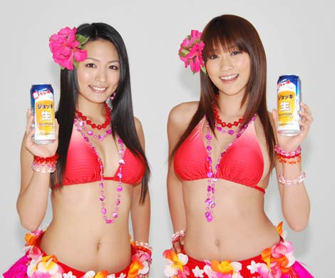 セクシーなフラガール姿の川村ゆきえ(左)と原幹恵