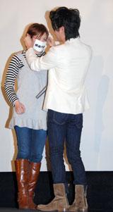 観客に特製のマスクをつける妻夫木