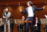 新携帯のCMでマエストロ(指揮者)に初挑戦する小栗とレミオロメンの藤巻亮太(左)