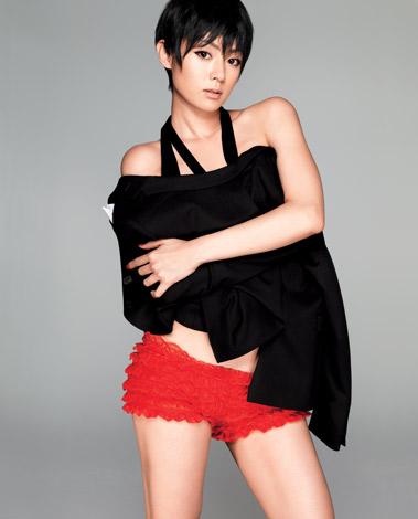 『FRaU』3月号(講談社)で大人の色気も漂わせる深田恭子