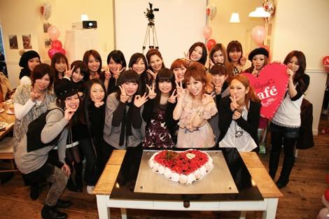 サムネイル ファンと特大ケーキを囲む加藤ミリヤ(前列の右から2番目)
