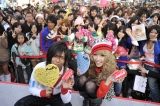 ハッピーメッセージを披露した、(左から)『Men's egg:』モデルの佐藤歩、『Popteen』モデルの舟山久美子