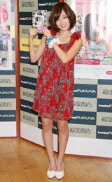 初のソロDVD『無防備』の発売記念イベントを行ったAKB48の前田敦子