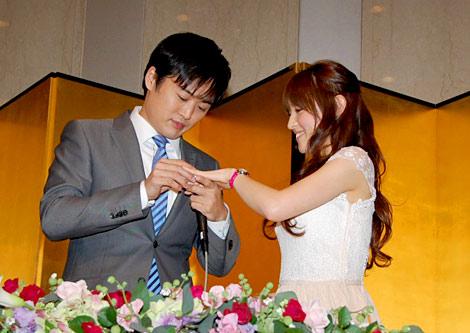 大沢あかねに指輪をプレゼントする劇団ひとり