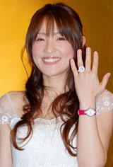 """結婚会見では、満面の笑みを浮かべ""""仮""""の結婚指輪を見せた大沢あかね"""
