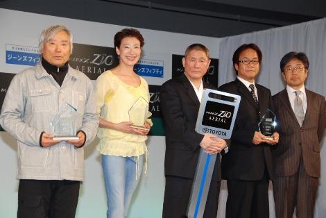 左から三浦雄一郎、前田美波里、北野武、藤岡孝章、藤巻直哉=『ジーンズフィフティ大賞』の表彰式