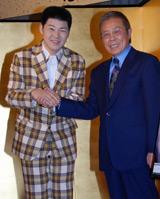 がっちりと握手を交わす大江裕と北島三郎(右)