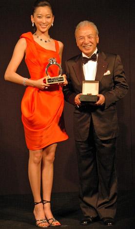 杏と渡辺貞夫=「ブルガリ ブリリアント ドリーム アワード 2009」